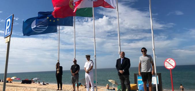 Faro iza sus banderas azules